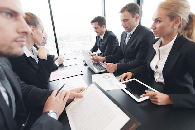Empresários analisando dados financeiros de relatórios
