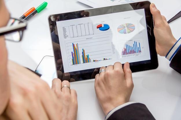 Empresários analisando documentos em uma reunião