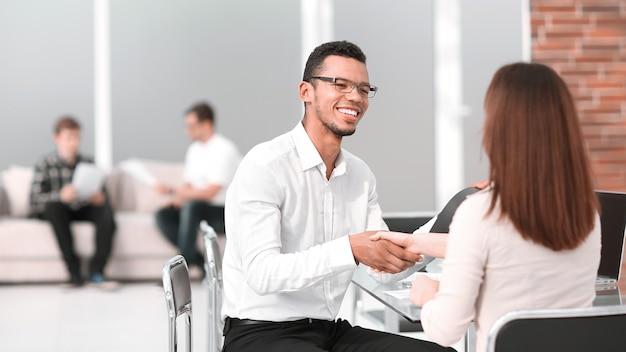 Empresários apertam as mãos em uma reunião de negócios