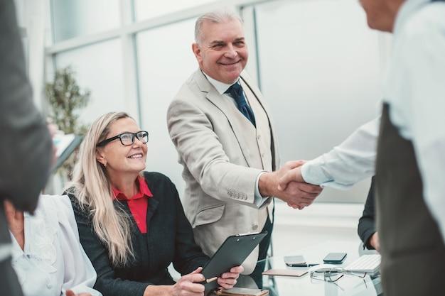 Empresários apertando as mãos antes das negociações.