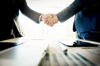 Empresários apertando as mãos durante uma reunião