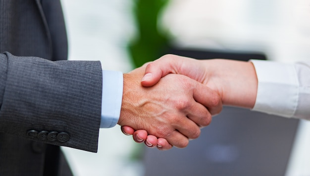 Empresários, apertando as mãos para selar um acordo