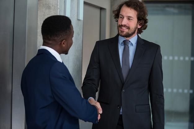 Empresários, apertando as mãos uns aos outros