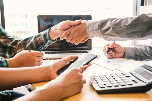 Empresários apertem as mãos dos parceiros de sucesso e parabenizem