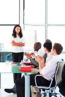 Empresários aplaudindo um colega após uma apresentação