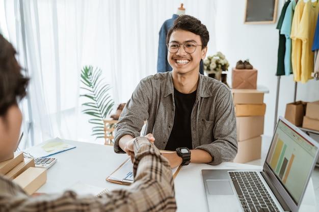 Empresários asiáticos apertaram as mãos de acordo