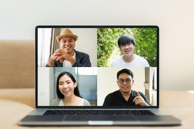 Empresários asiáticos durante uma vídeo-conferência