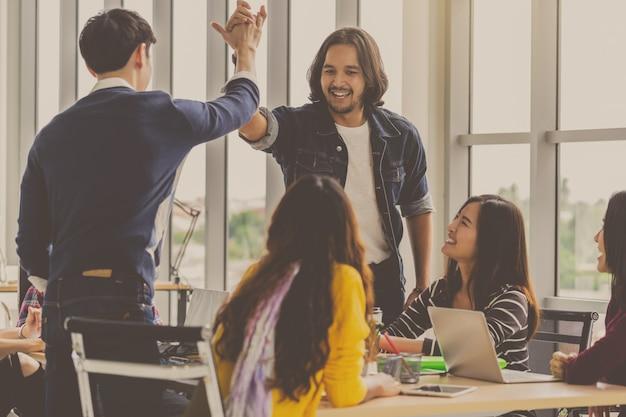 Empresários asiáticos e multiétnicas com pé de terno casual e coordenação de mão