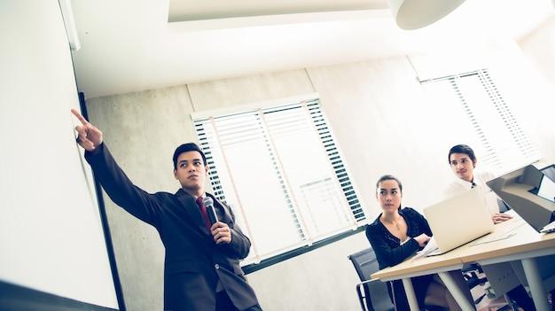 Empresários asiáticos estão reunidos e propõem trabalho na reunião