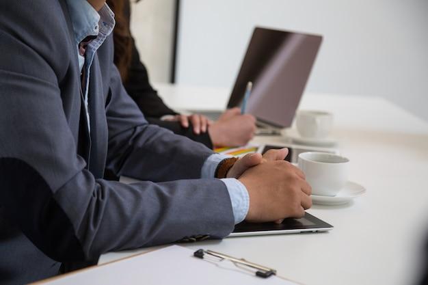 Empresários asiáticos reunidos na sala do escritório.
