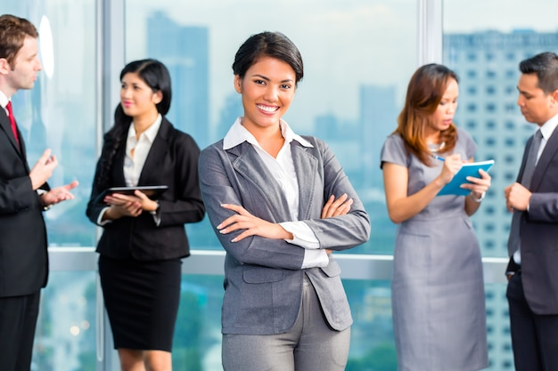 Empresários asiáticos tendo reunião no escritório