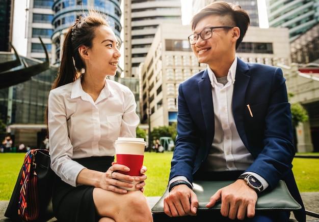 Empresários asiáticos, tendo um tempo de pausa