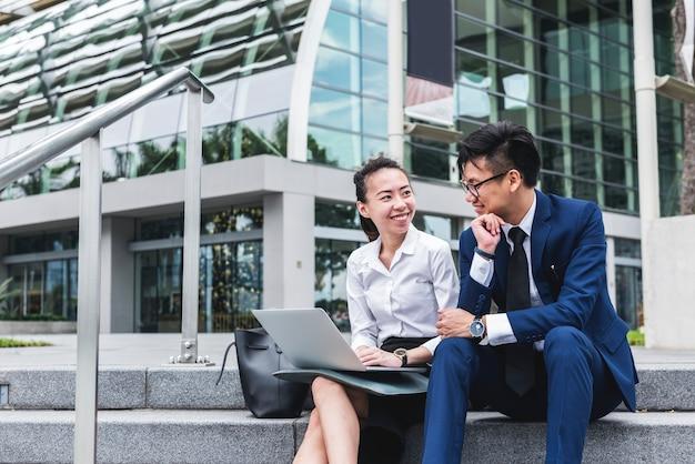 Empresários asiáticos trabalhando juntos em uma cidade