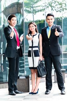 Empresários asiáticos trabalhando juntos