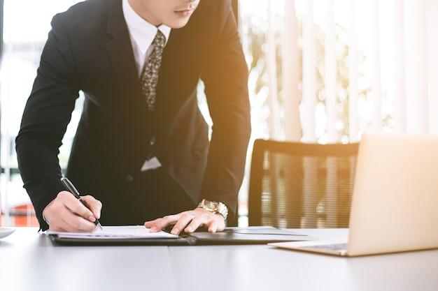 Empresários asiáticos trabalhando no escritório às pressas