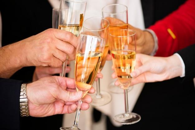 Empresários batendo champanhe fazendo um brinde na festa