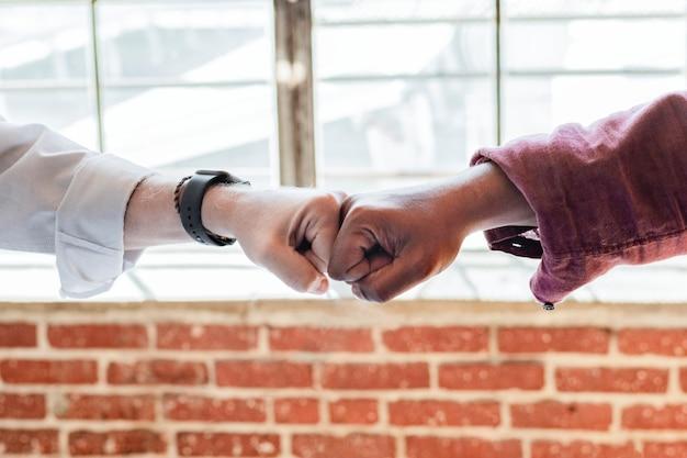 Empresários batendo os punhos