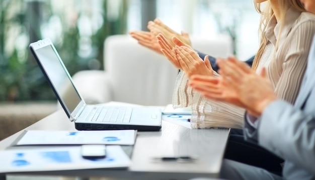 Empresários batendo palmas.