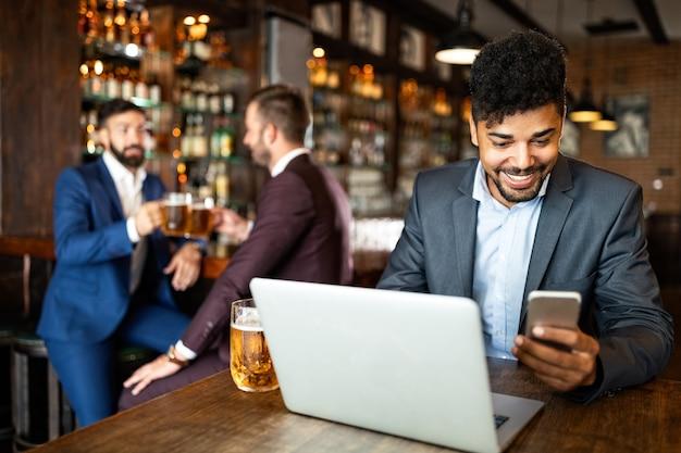 Empresários bebem cerveja depois do trabalho. empresários tomam cerveja em boteco