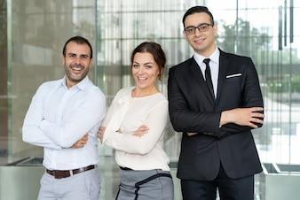 Empresários bem sucedidos e confiantes, sorrindo para a câmera