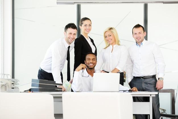 Empresários bem sucedidos no escritório