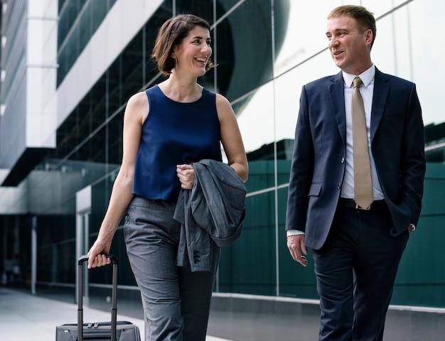 Empresários caminhando pela cidade