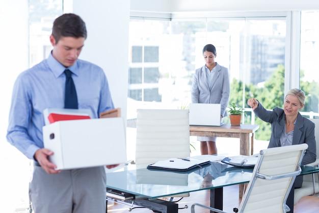 Empresários carregando seus pertences em caixa