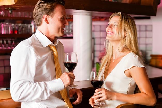 Empresários casuais flertando no bar do hotel