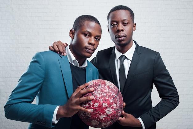 Empresários com bola de futebol