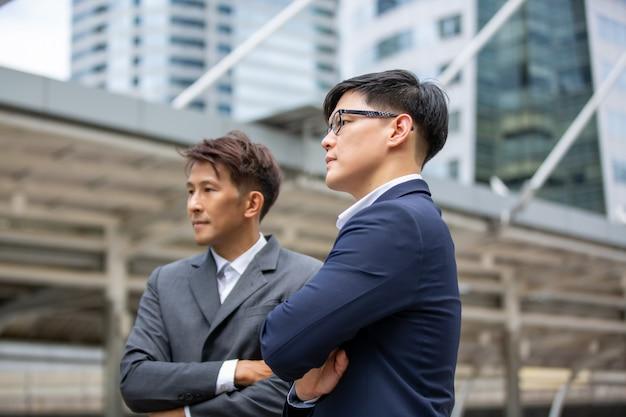 Empresários com braço cruzam contra construção