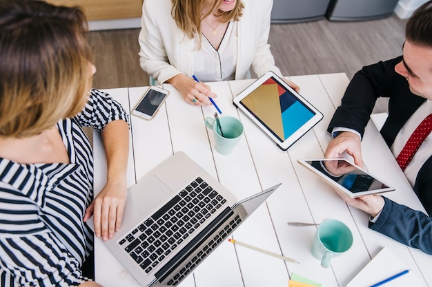 Empresários com gadgets tendo reunião