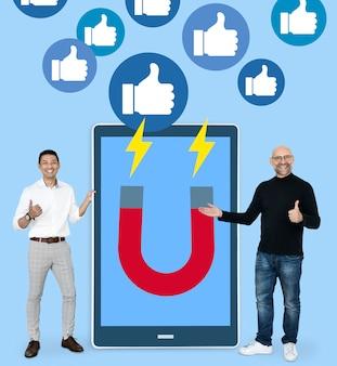 Empresários com idéias de marketing de mídia social