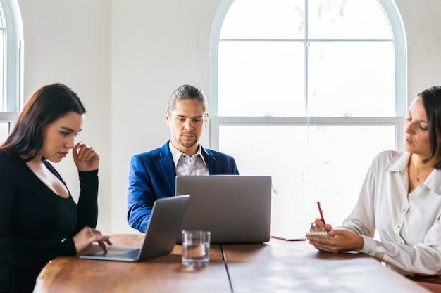 Empresários com laptop em reunião