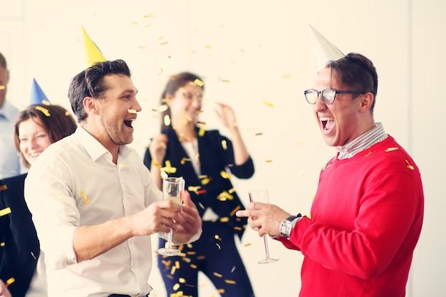 Empresários comemorando ano novo na festa do escritório