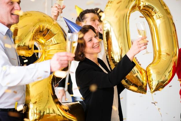 Empresários comemorando festa do escritório