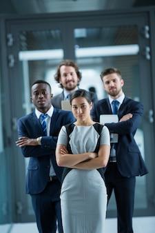 Empresários confiantes em pé no escritório