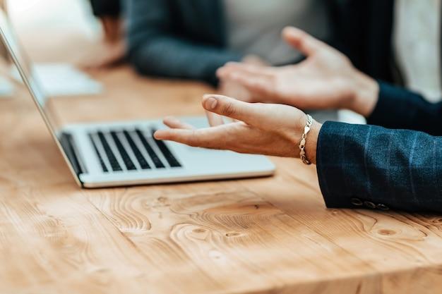 Empresários conversam sentados na mesa do escritório