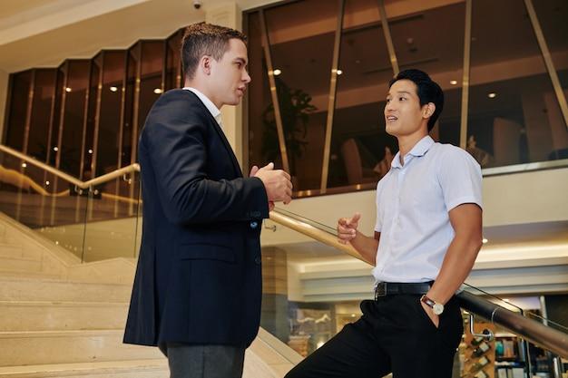 Empresários conversando na escada