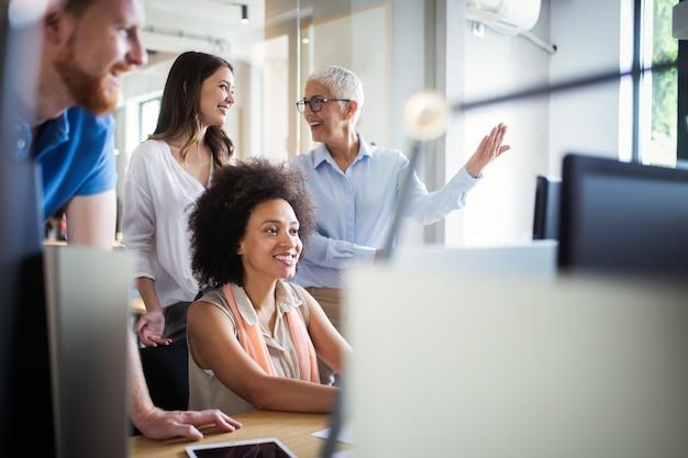 Empresários criativos trabalhando em projetos de negócios no escritório