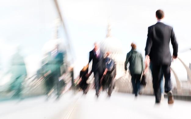 Empresários da cidade viajando na hora do rush