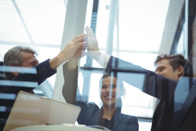 Empresários dando mais cinco uns aos outros