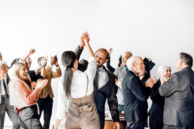 Empresários dando mais cinco