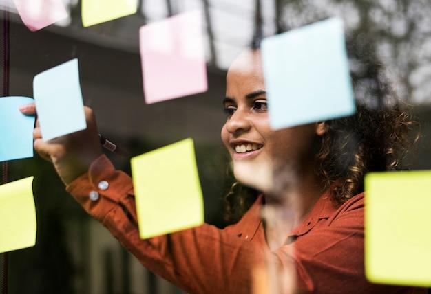 Empresários de brainstorming com idéias criativas