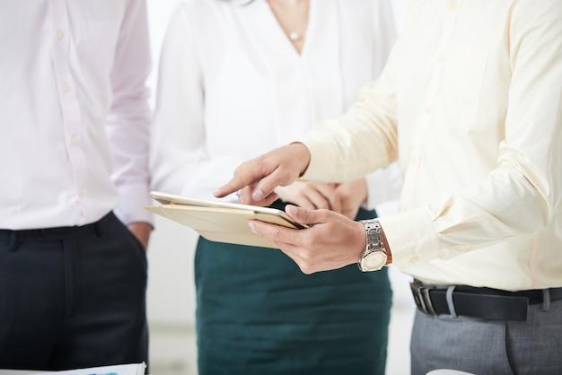 Empresários de coworking que compartilham tablet