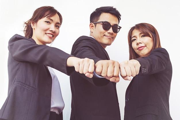 Empresários de mãos em punhos, negócios e trabalho em equipe