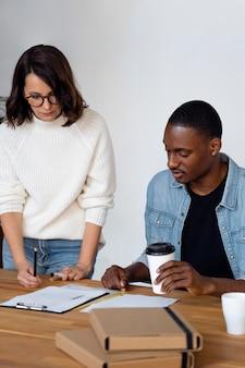 Empresários de médio porte discutindo