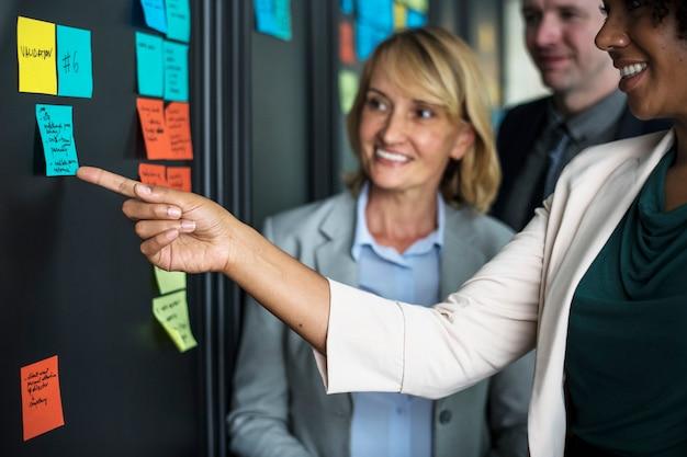 Empresários de planejamento de tarefas com notas autoadesivas