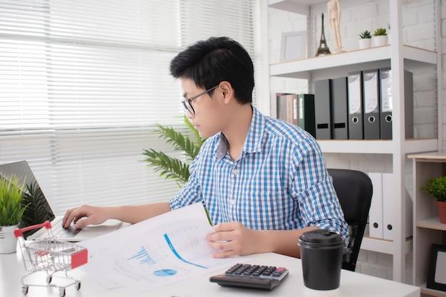 Empresários de startups asiáticos trabalham duro em seus escritórios.