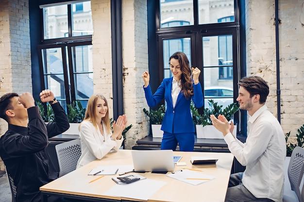 Empresários de sucesso comemorando no escritório