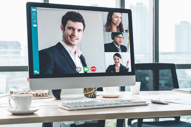 Empresários de videochamadas reunidos em local de trabalho virtual ou escritório remoto